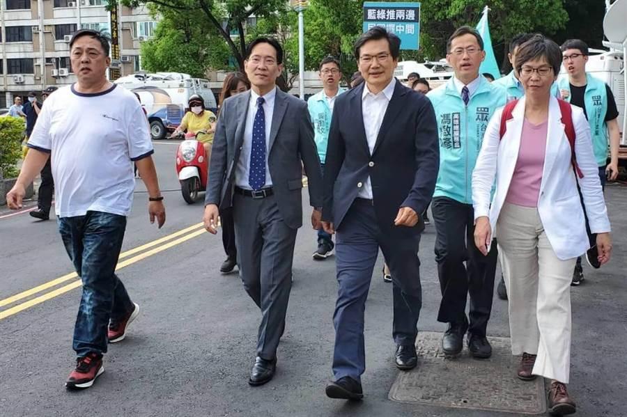 民眾黨徵召市議員吳益政(前右二)參選高雄市長補選。(資料照,劉宥廷攝)