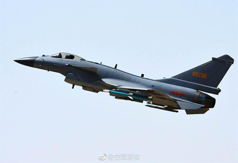 空軍司令部19日說,中共殲10型戰機飛進台灣西南空域,經我廣播警告,並以空中偵巡戰機應對,才飛離我防空識別區,圖為殲10C戰機的資料照。(中國大陸空軍)