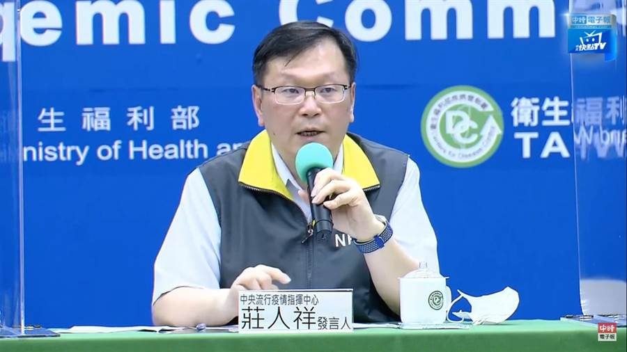 中央流行疫情指揮中心發言人莊人祥表示,連假出遊沒問題,但還需要注意防疫新生活。(圖擷自指揮中心記者會直播)