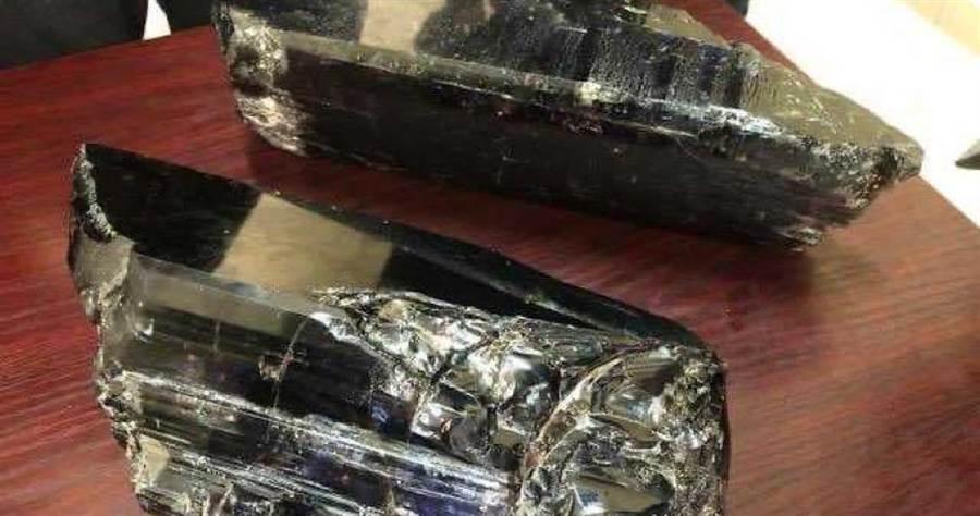 萊澤爾挖到重9.2公斤和5.8公斤的稀有坦桑石,瞬間變億萬富翁。(圖/翻攝自@Musonobaria推特)
