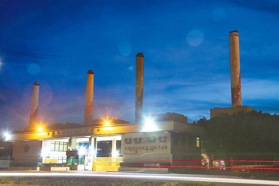 台電中火2號機24日晚間7點重啟點火,台中市政府環保局前往稽查,表示將予開罰。圖為中火發電廠。(資料照片/黃國峰攝)