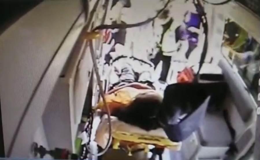 許姓婦人煮食時遭眼鏡蛇咬傷右腳拇指,救護人員趕緊將她送往有血清的梧棲童綜合醫院救治。(台中市消防局提供/王文吉台中傳真)