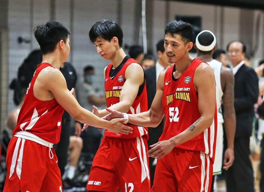 黃家明(右)確定遭到台銀釋出,林任鴻(中)也將轉隊了。(中華籃協提供)