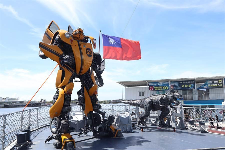 安平定情碼頭德陽艦園區推出「艦證奇蹟-鋼鐵機器人」特展,展示數座大型變形金剛,吸引不少民眾爭相拍照。(李宜杰攝)