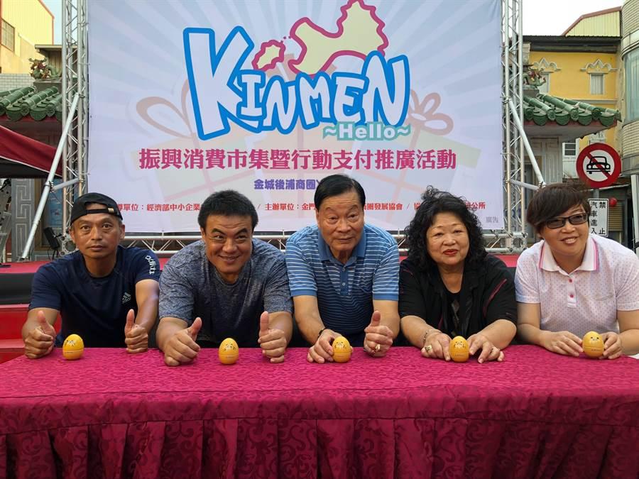 金城鎮長李誠智(左二)等人也參加立蛋大賽會外賽。(李金生攝)