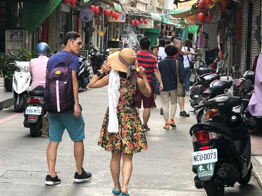 端節連假為金門帶來人潮,後浦商圈遊客穿梭來去。(李金生攝)