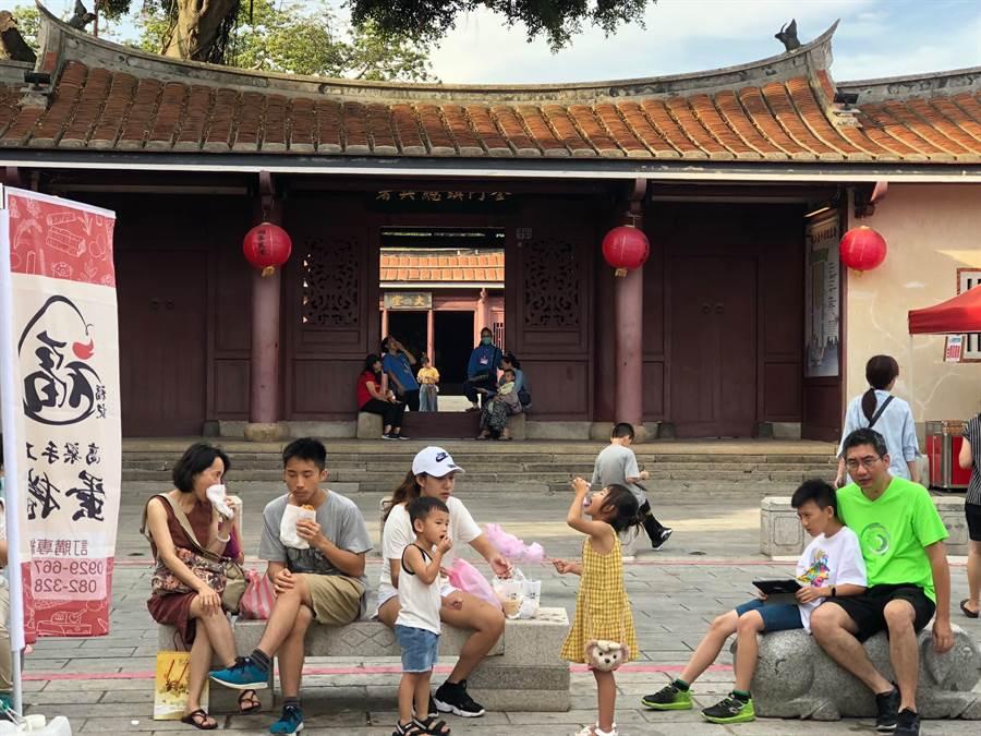 逛老街、遊古蹟,全家人一起共度美好時光。(李金生攝)
