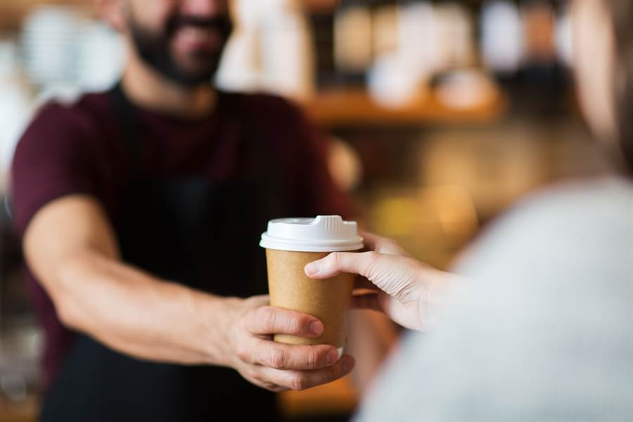 1名中年男子超商買咖啡不排隊,還耍特權大罵店員,並揚言我認識警察局長,全程被網友錄了下來揭發。(示意圖/達志影像/Shutterstock提供)
