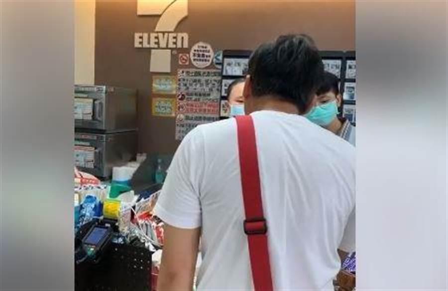 據原po網友表示,男子無視後面大排長龍,應是要在較忙碌的店員收銀台處購買咖啡,無奈出示的手機載具讀取刷不到,竟然大罵店員,還揚言我認識警察局長。(爆料公社社員提供/『林俊翰』翻攝)