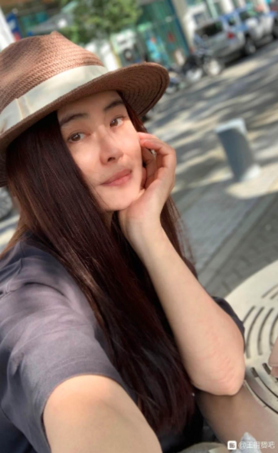 今(25)日王祖賢粉絲分享她的近況照,神凍齡幾乎看不出她已年過半百,讓人不免讚嘆「神仙姐姐」。(圖/ 摘自王祖賢微博粉絲會)