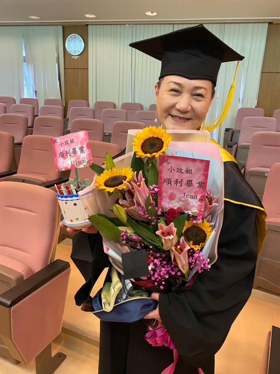 邰肇玫非常開心參加佛光大學傳播學系碩士班畢業典禮。(邰肇玫提供)