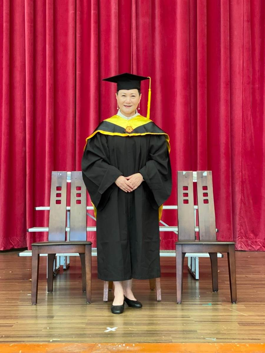 邰肇玫攻讀碩士學位,是她送給自己的六十歲大禮物。(邰肇玫提供)