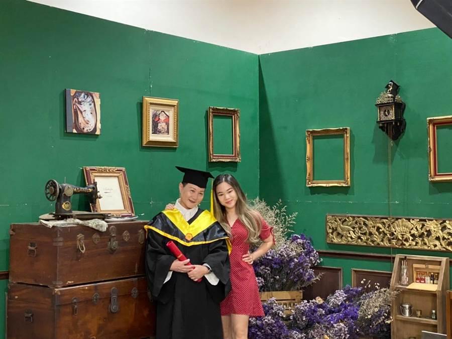 邰肇玫在女兒陪同下,拍攝畢業照留念。(邰肇玫提供)