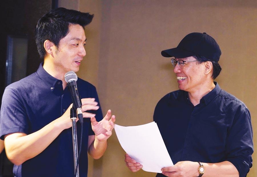 蔣萬安(左)與守護者樂團主唱大維合唱《愛不孤單》。圖/合庫人壽提供