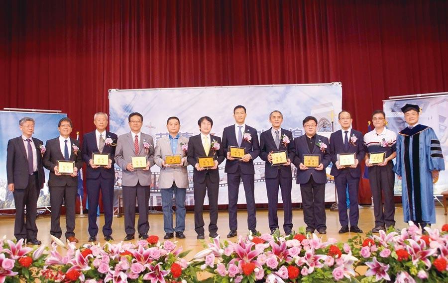 聖約翰科技大學畢業典禮,艾和昌校長(右一)頒發校友楷模獎牌給十位獲獎校友。圖/聖約大提供