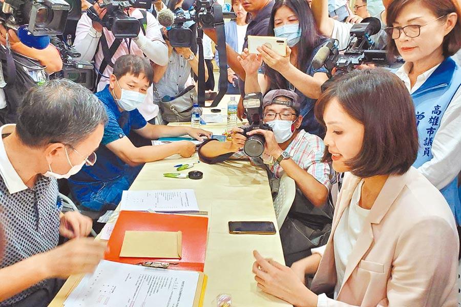 高雄市長補選登記昨天是最後一天,國民黨李眉蓁(前右)紛完成登記,形成三腳督。(劉宥廷攝)
