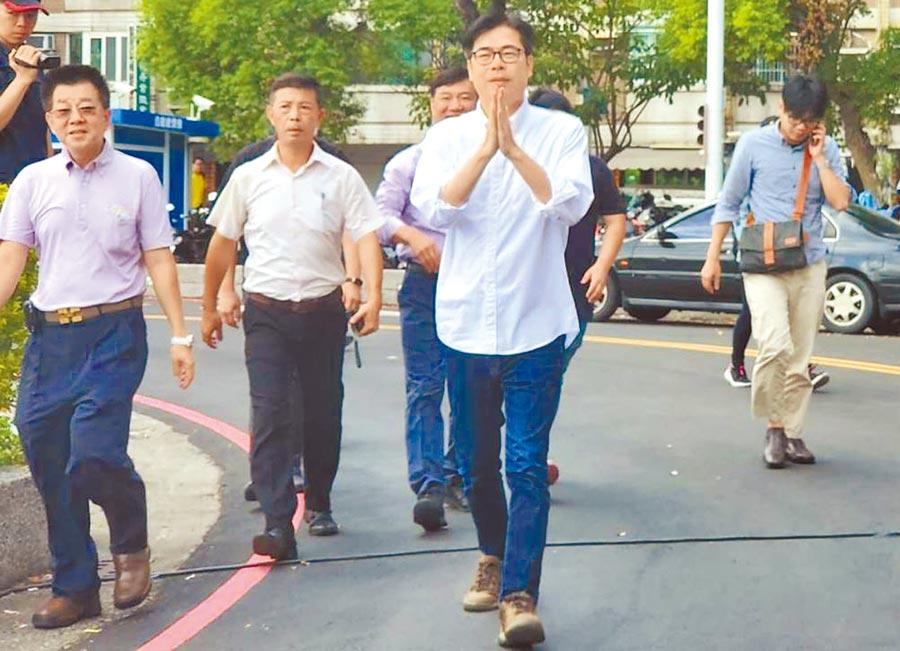 高雄市長補選登記昨天是最後一天,民進黨陳其邁(前)紛完成登記,形成三腳督。(劉宥廷攝)