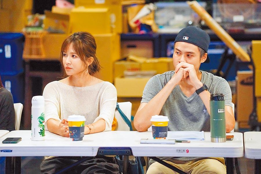 吳定謙(右)與吳怡霈首次讀本排練,兩人非首度合作,但是首度飾演夫妻。(故事工廠提供)