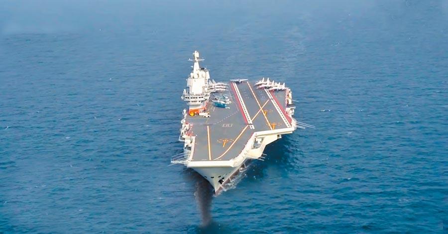 5月底,大陸第一艘國產航母山東艦進行海試。(截圖自新浪微博@央視軍事)