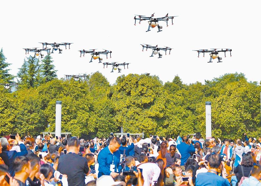 無人機領域是大陸的強項。圖為無人機群亮相於陝西慶豐收大聯歡活動。(新華社)