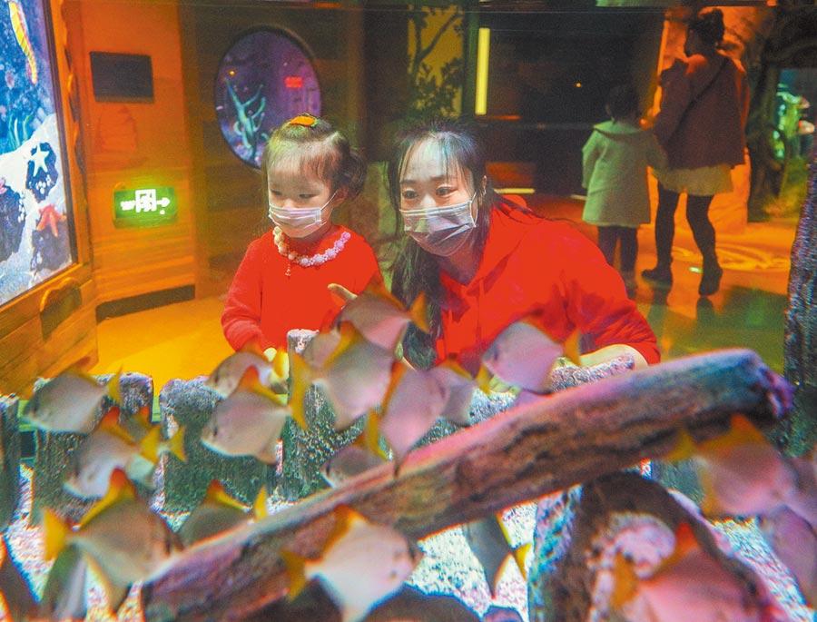 3月27日,瀋陽海洋探索中心全面消毒,讓遊客安心「探海」。(新華社)