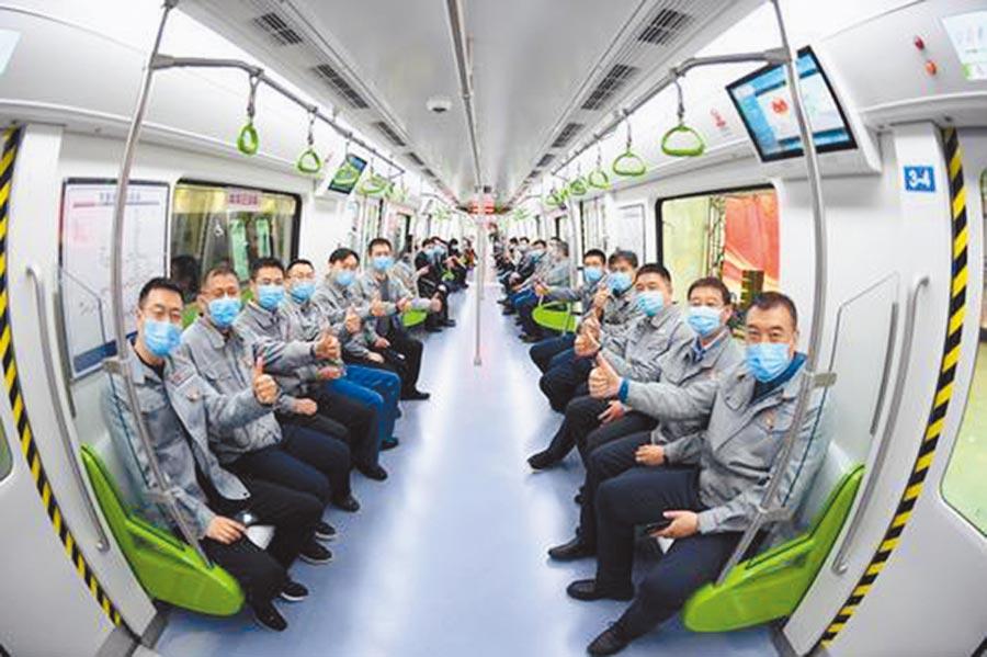 瀋陽地鐵十號線開通營運,迎來首批乘客。