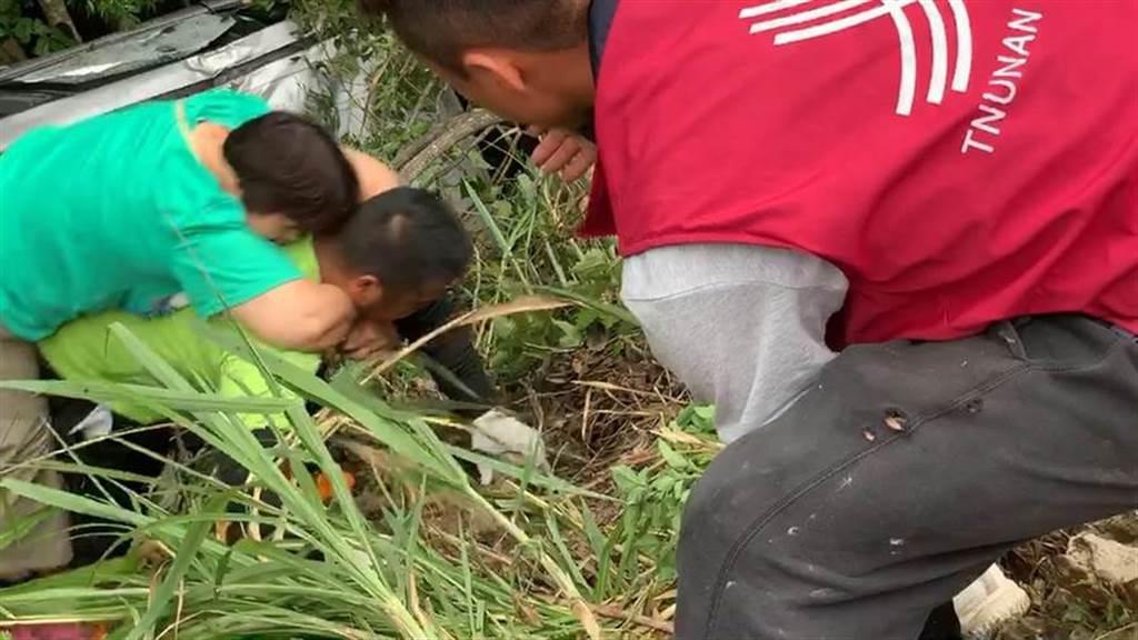 司馬庫斯部落聯絡道2.2公里處,26日下午驚傳休旅車滑落邊坡意外,鄰近部落居民加入救援行列,協助揹負傷者脫困。(翻攝照片/莊旻靜新竹傳真)
