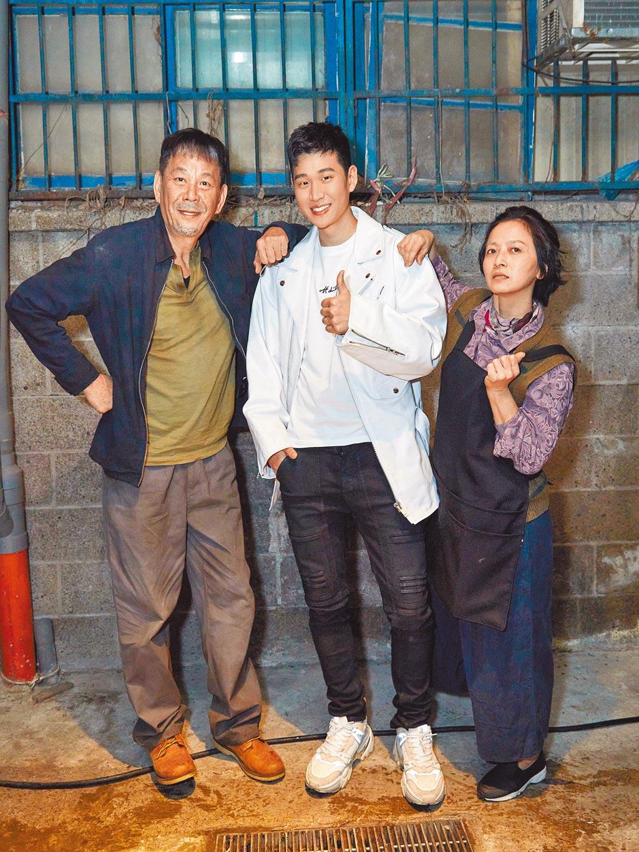 周興哲(中)日前邀龍劭華(左)、謝瓊煖拍MV。(星空飛騰提供)