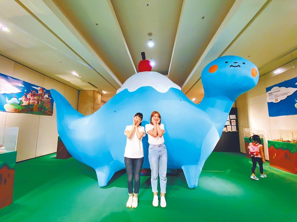 新光三越台南新天地「玩具共和國‧原創力崛起」有《玩具獵人》中的富士山雷龍, 200公分的巨大充氣球,是打卡熱點。(新光三越提供)