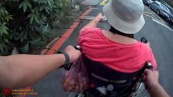 老婦電動輪椅路上「拋錨」 員警不畏炎熱徒步推送返家