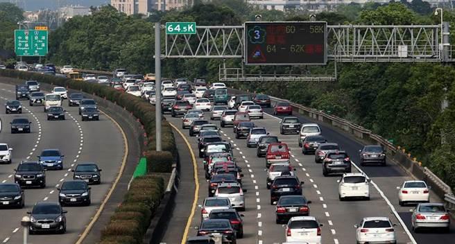 不只國5塞爆!他貼一張國3照片 網傻眼:史上最大停車場