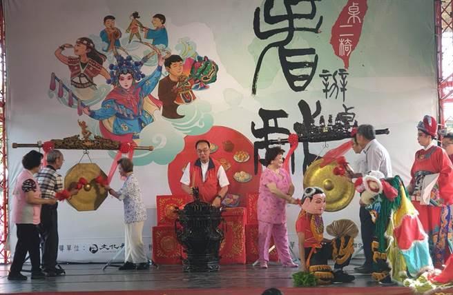文化部文化資產局的「辦桌‧看戲」,以熱鬧的敲鑼擊鼓宣告好戲開演。(陳淑芬攝)
