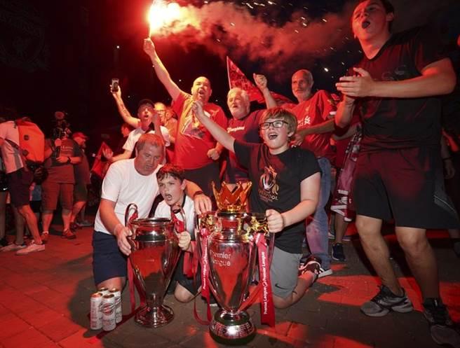 利物浦英超聯賽封王,球迷簇擁複製品獎盃慶祝。(美聯社)