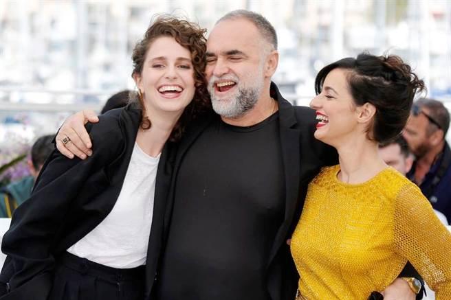 「妹妹」卡蘿杜瓦茲(左起)、導演凱里阿努茲、「姊姊」尤莉亞史托克。(海鵬提供)