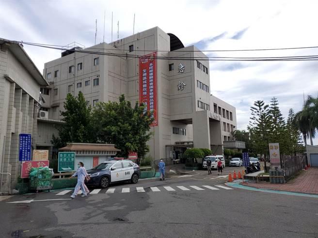 急診室留觀的16名病患、護理之家的16名住民都疏散到復健大樓(圖右)。(周麗蘭攝)