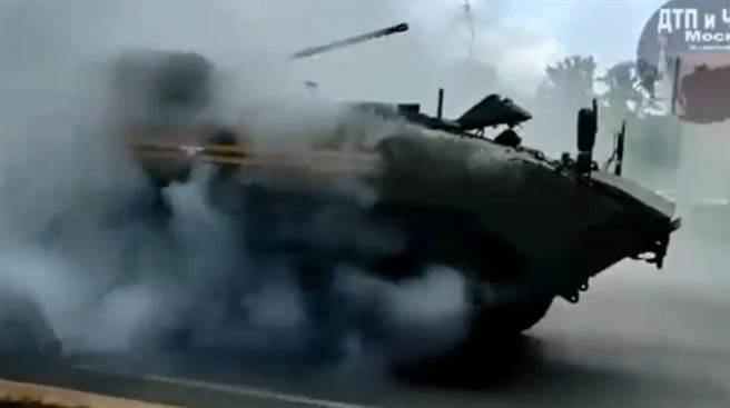 俄羅斯最新式的布梅朗K17布兵支援戰車,在勝利日遊行故障冒煙。(圖/twitter)