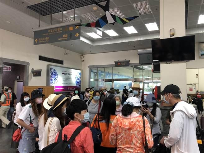 端午連假期間,遊客透過海運、空運前往馬祖觀光旅遊。(連江縣交通旅遊局提供/葉書宏連江傳真)