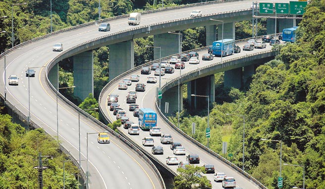 端午連假第一天,25日上午國道5號南下宜蘭塞滿車潮。(姚志平攝)