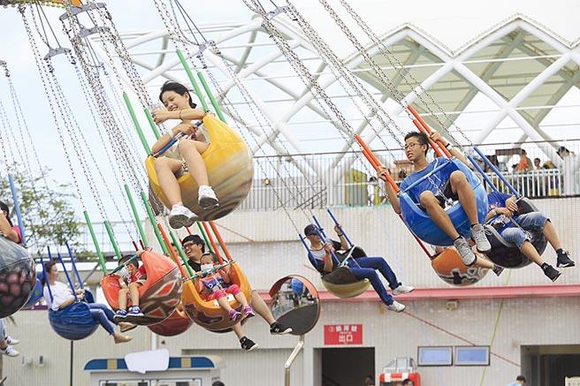 端午連假為國內疫情解封後首個連續假期,人潮蜂擁而出。圖為台北兒童新樂園的輻射飛椅「宇宙迴旋」吸引不少民眾體驗。(張鎧乙攝)
