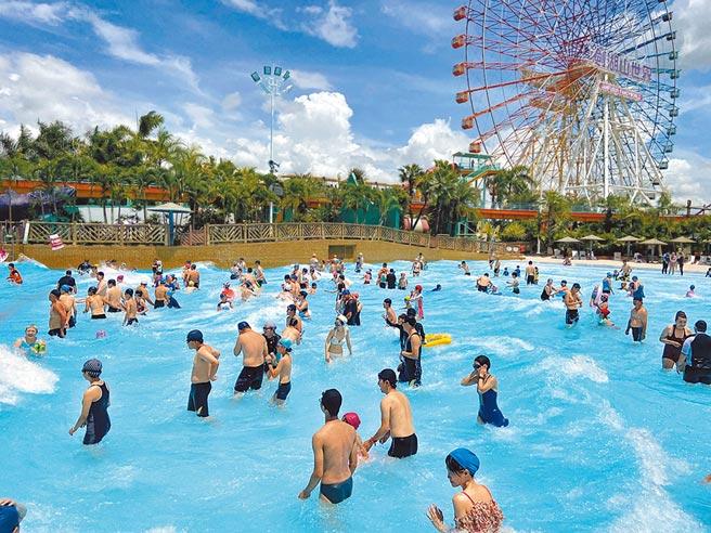 雲林古坑鄉劍湖山世界湧入大批遊客戲水消暑。(許素惠攝)