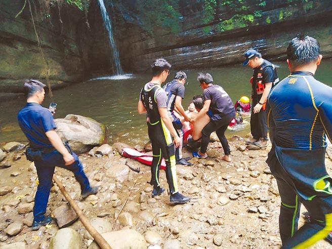 新北平溪區的望古瀑布,25日有一男子浮潛失蹤,尋獲時已無呼吸心跳。(瑞芳警分局提供/吳康瑋新北報導)