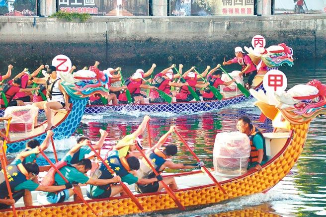 2020台南國際龍舟錦標賽昨日傍晚舉行決賽,各路好手為了奪標拚盡全力,賽事精彩刺激。(李宜杰攝)