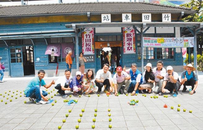 端午不立蛋,竹田鄉公所選在百年驛站前改立檸檬,藉此行銷地方農產。(林和生攝)