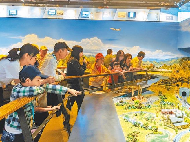 民眾參觀哈瑪星台灣鐵道館模型展區。(高雄市立歷史博物館提供/曹明正高雄傳真)