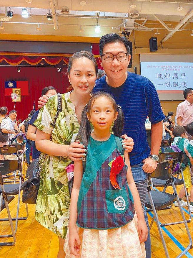 品冠(右)和老婆日前參加女兒的畢業典禮。(經紀人提供)