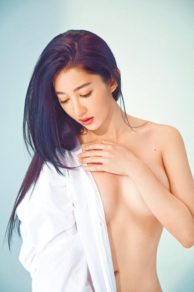 王晴一圓歌手夢,發行微寫真EP《小小》銷售成績驚人。(愛秀演藝提供)