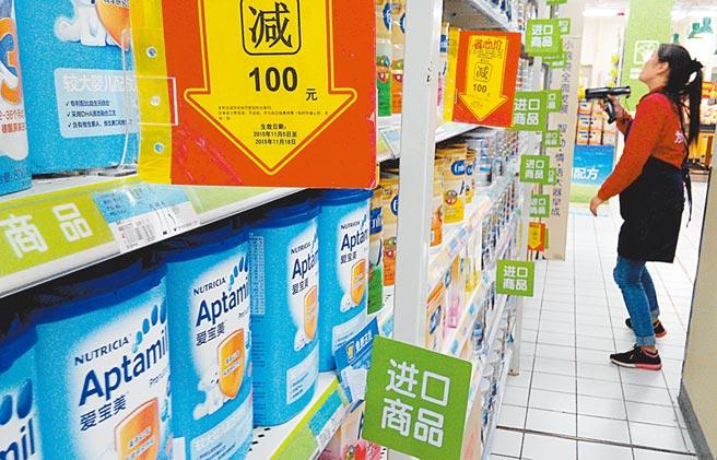 福州大型超市,工作人員在整理銷售的進口商品。(中新社資料照片)