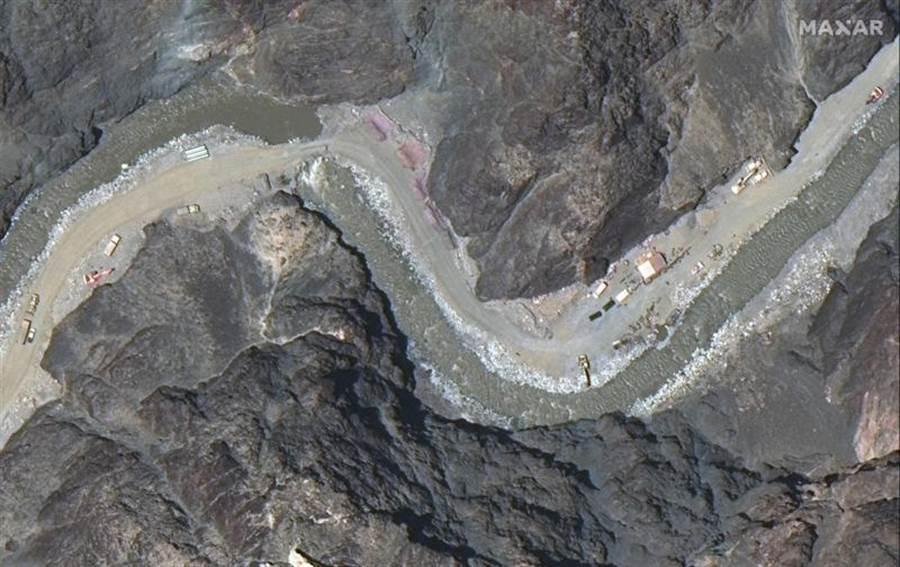 美國太空科技公司Maxar Technologies,在22日拍到的衛星影像,顯示大陸解放軍在加拉萬河谷,興建新的防線和陣地。(美聯社)