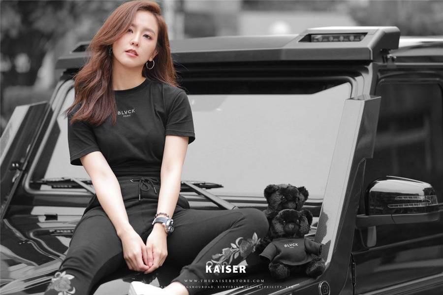 周曉涵和友人代理比利時全黑潮牌「BLVCK」,她化身酷炫model為品牌拍形象照。(KAISER提供)