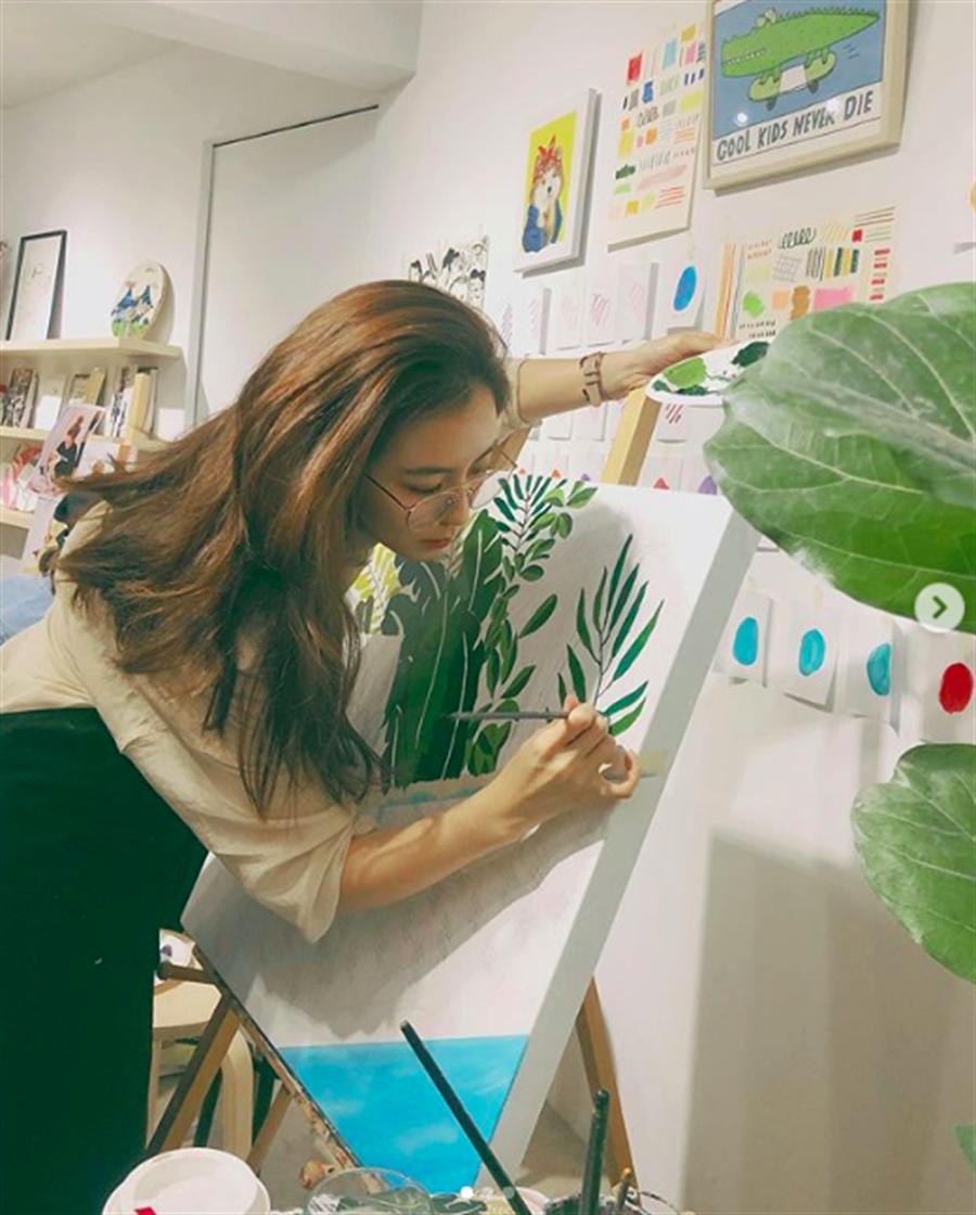 周曉涵喜歡透過畫畫抒發心情。(取自IG)